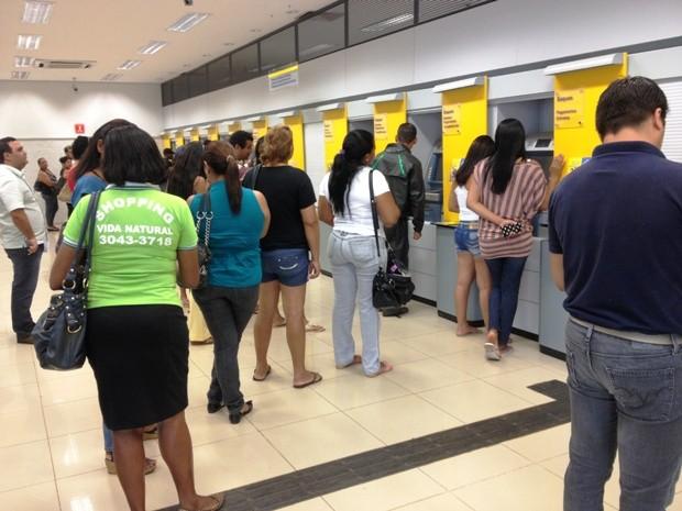 Maioria dos usuários dizem não acreditar na eficácia da proibição do uso de dispositivos eletrônicos no interior de agências bancárias (Foto: Vanessa Vasconcelos/G1)