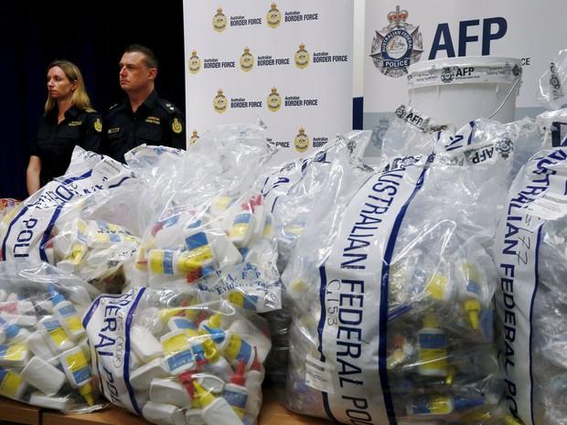 Polícia australiana apreendeu metanfetamina líquida em próteses de silicone e materiais de arte (Foto: Jason Reed/ Reuters)