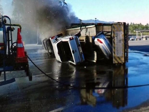Carros de luxo pegaram fogo após queda de carreta em Cajati, SP (Foto: Reprodução/TV Tribuna)