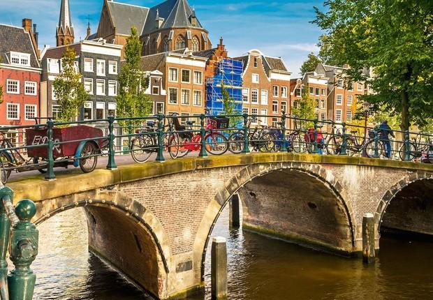 Canais cortam a cidade de Amsterdã, na Holanda (Foto: Divulgação)