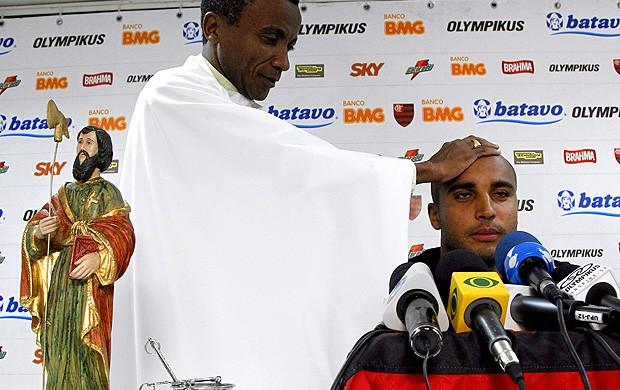 Padre Benedito abençoa o atacante Deivid. Flamengo (Foto: Jorge William / Agência O Globo)