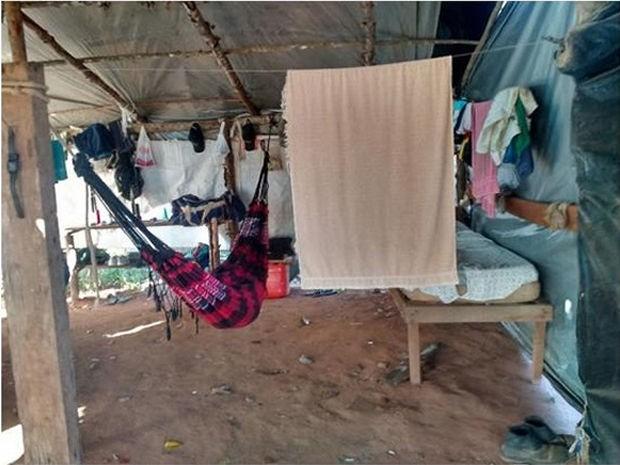 Funcionários dormiam em redes e em situação precária (Foto: Assessoria/SRTE-MT)