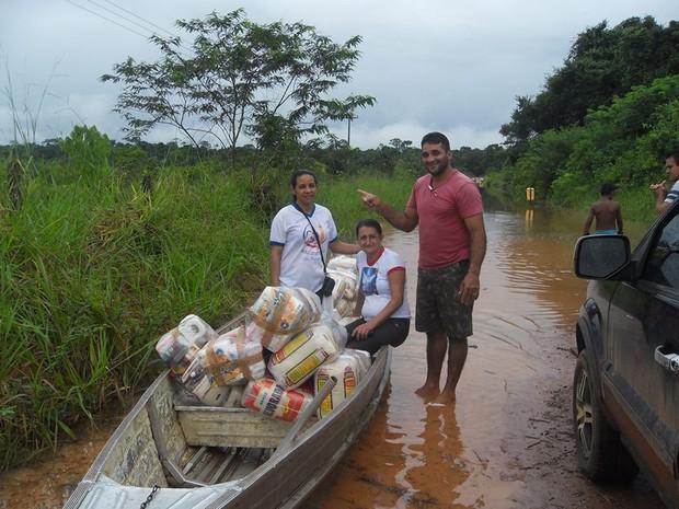 A 1 quilômetro da cidade, percurso deve ser feito de barco porque via está submersa (Foto: Rosane Rodrigues Clemente/Arquivo Pessoal)