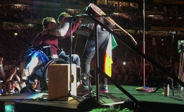 Chris Martin recebendo o fã no show do Coldplay (Foto: YouTube)