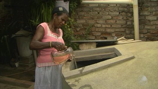 Moradores reclamam de falta da água e odor em Riachão do Jacuípe, na BA
