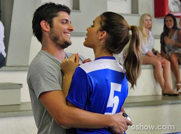 Cheio de segundas intenções, André joga chame em cima de Luiza (Foto: Em Família/ TV Globo)