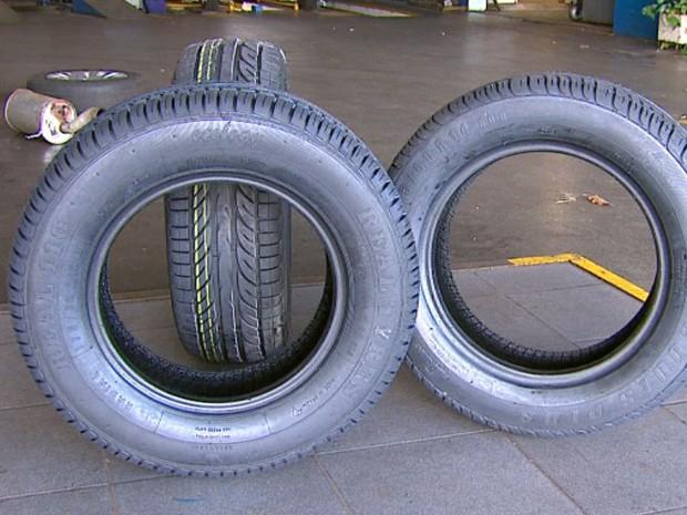 Consumidor não tem como saber se o pneu remoldado dará problemas no futuro (Foto: Reprodução/EPTV)