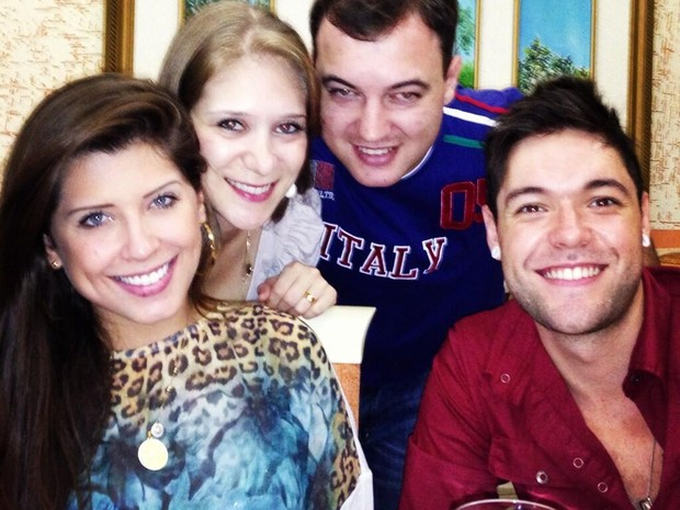 Ex-BBBs Andressa e Nasser com amigos (Foto: Twitter/ Reprodução)