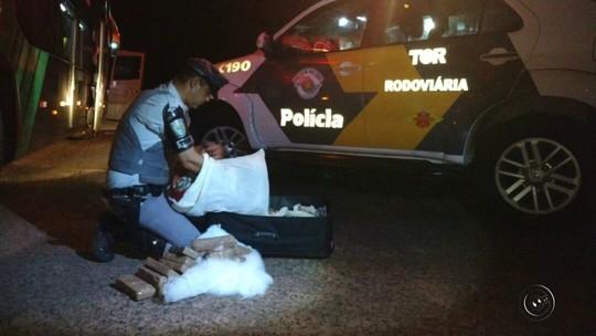 Passageiro é preso com droga no travesseiro em ônibus de sacoleiros