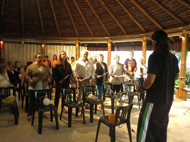 Gus Conde coordena as aulas de bateroterapia (Foto: Mariane Rossi/G1)
