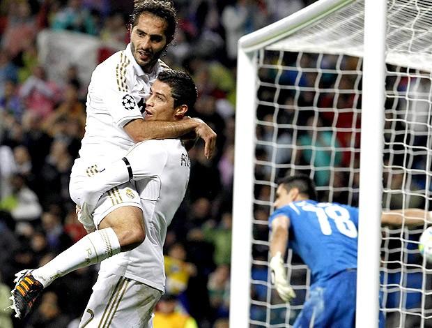 Cristiano Ronaldo e Hamil Altintop comemoram gol do Real Madrid contra o APOEL (Foto: EFE)
