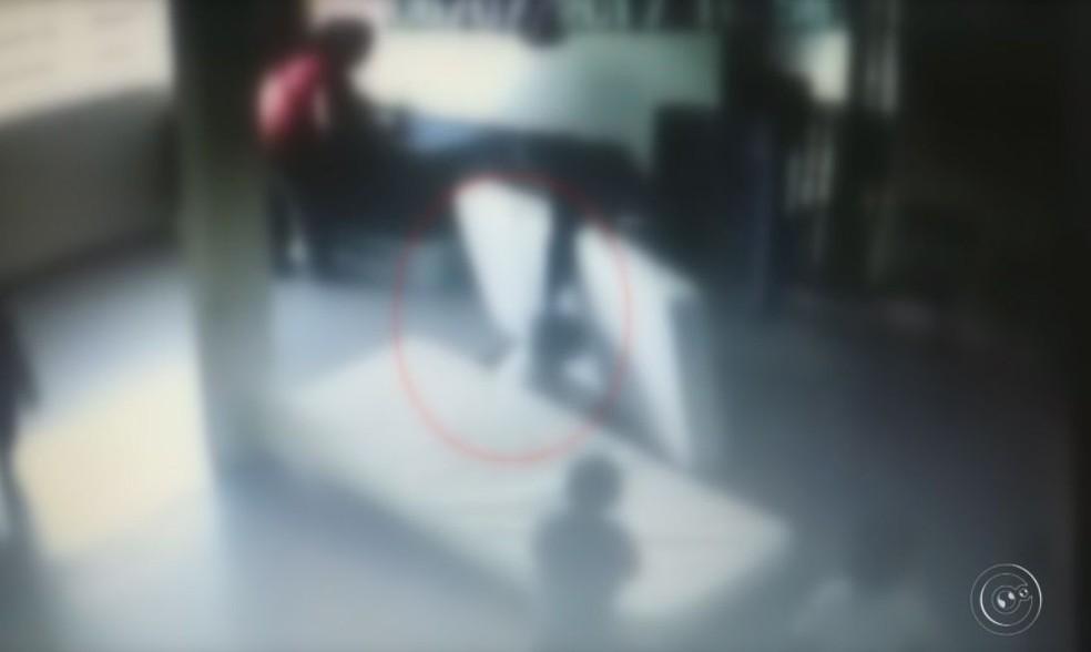 Trecho do vídeo mostra a monitora puxando o cabelo de uma das crianças (Foto: Reprodução / TV TEM )