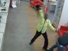 Segurança expulsa ladrão com golpes de capacete em agência dos Correios em Londres