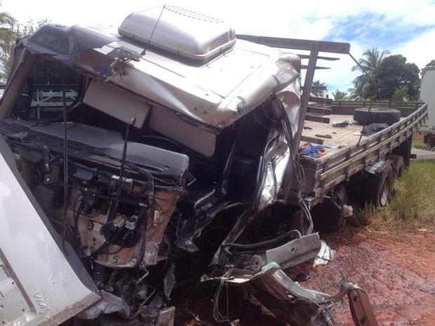 Motorista do caminhão sobreviveu, mas se encontra em estado grave no Hospital de Santo Antônio de Jesus, na Bahia (Foto: Marcus Augusto Macedo / Voz da Bahia)