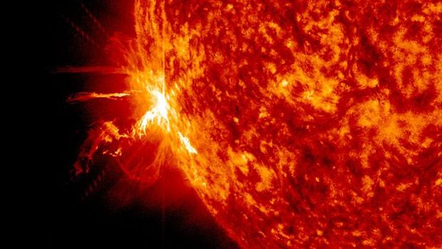 Imagem divulgada pela Nasa mostra explosão solar significativa registrada no último dia 10. Segundo a agência, a estrela emitiu três erupções intensas nos últimos dois dias (Foto: Nasa/AP)