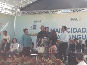 Dilma entrega chave de casa popular a uma moradora do Conjunto de Favelas de Manguinhos, no Rio (Foto: Daniel Silveira/G1)