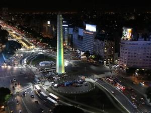 O Obelisco de Buenos Aires, na região central da capital argentina, é visto iluminado de verde e amarelo em homenagem à seleção brasileira, celebrando o fair play às vésperas da Copa do Mundo (Foto: Enrique Marcarian/Reuters)
