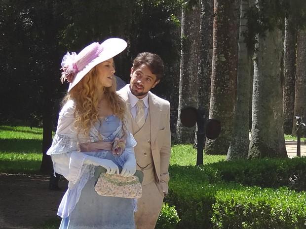 Albertinho tenta tornar a corte com Esther mais emocionante... (Foto: Lado a Lado/TV Globo)