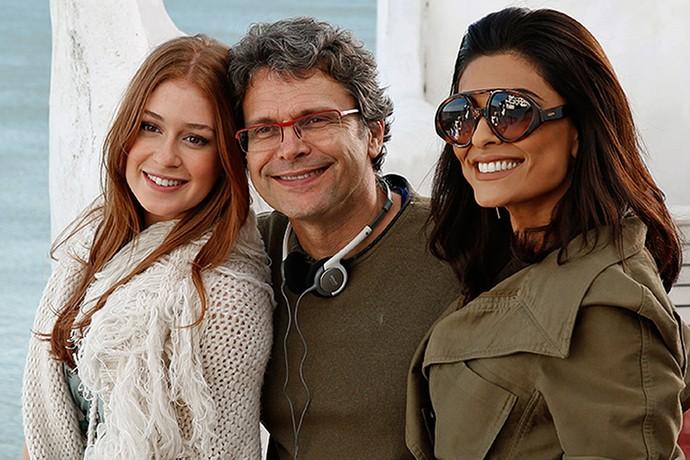 Marina Ruy Barbosa e Juliana Paes posam com o diretor geral Luiz Henrique Rios (Foto: Chico Couto / Gshow)