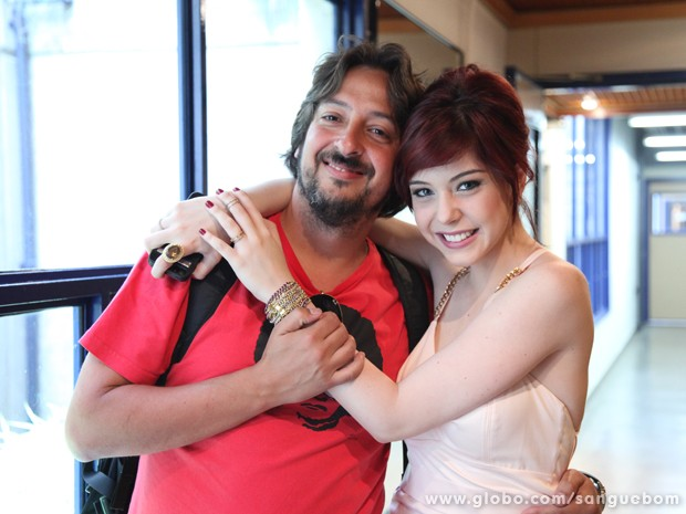 Bia Arantes dá um abraço carinhoso no diretor Cristiano Marques (Foto: Jacson Vogel/TV Globo)