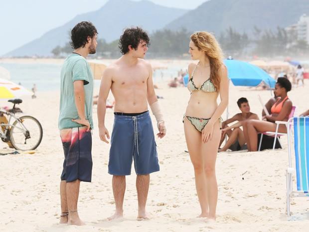 Em sequência na praia, atriz também mostra o corpo em dia (Foto: Carol Caminha/Gshow)
