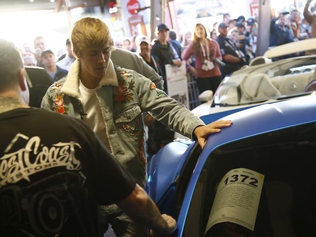 Justin Biber compareceu ao leilão de sua Ferrari, no sábado (21), em Scottdale, Arizona (Foto: Patrick Breen/The Arizona Republic via AP)