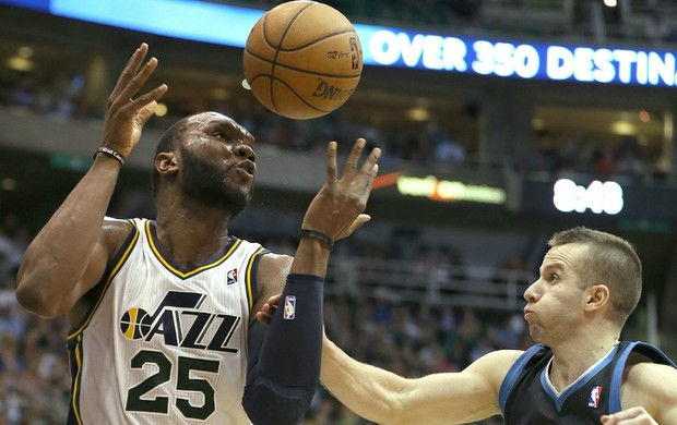 Al Jefferson e Jose Barea, Utah Jazz x Minnesota Timberwolves (Foto: EFE)