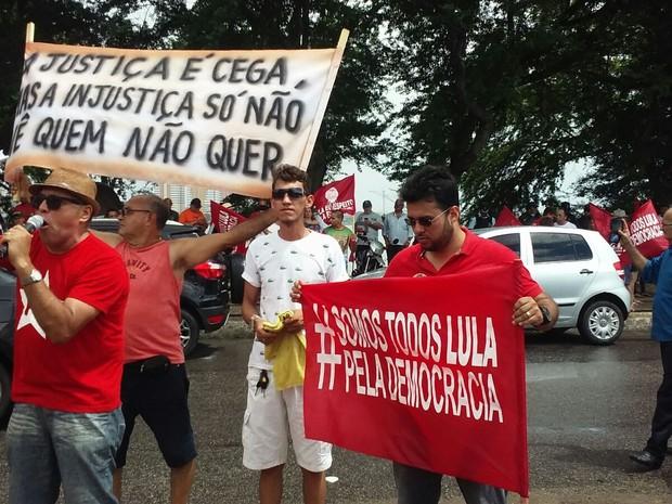 Manifestantes criticam condução coercitiva contra o ex-presidente Lula em ato no polo de lazer da Parangaba, em Fortaleza (Foto: Gioras Xerez/G1)