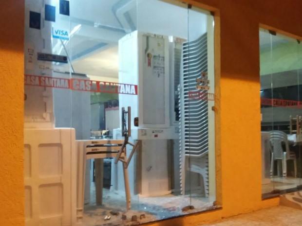 Loja de eletrodomésticos também foi atingida durante o tiroteio (Foto: J. Júnior/G1)