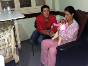 Criança retornou aos pais na Santa Casa (Foto: Paulo Ledur/RBS TV)