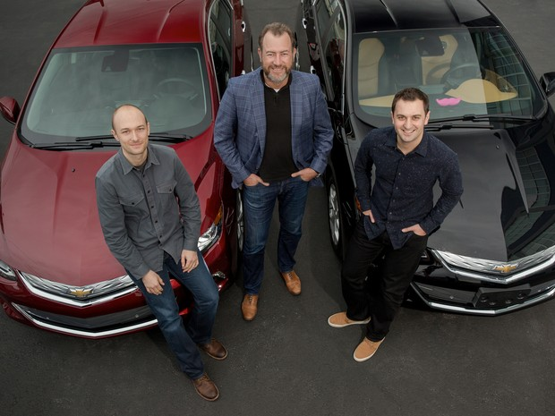 Presidente da GM, Dan Ammann (centro), com os fundadores do Lyft John Zimmer (direita) e Logan Green (esquerda) (Foto: Divulgação)