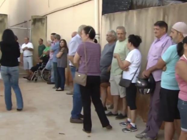 Filas se formaram nas portas de unidades de saúde antes do expediente, em Goiânia (Foto: Reprodução/TV Anhanguera)