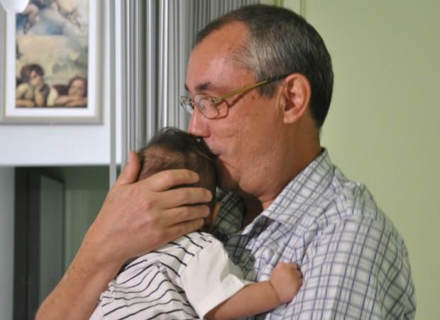 Servidor público Luiz Carlos Barbosa de Castro, de 52 anos, e o filho adotivo de cinco meses (Foto: Laura Toledo/G1MS)