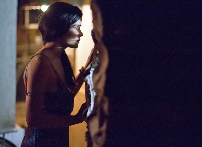 Tóia observa o encontro secreto dos três (Foto: Fabiano Battaglin/ Gshow)