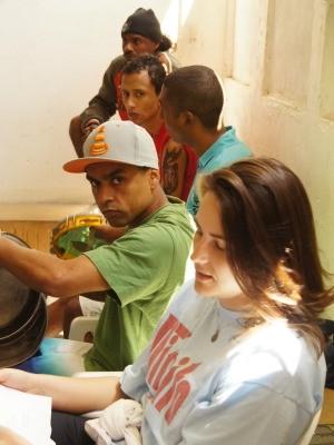 Carmela ao lado dos detentos no Presídio Central no RS (Foto: Jai Júnior/Jornal Estado de Direito)