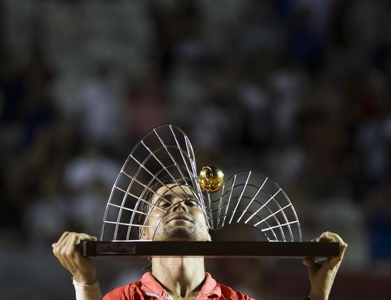 O espanhol David Ferrer levanta o troféu do Rio Open (Foto: Felipe Dana/AP)