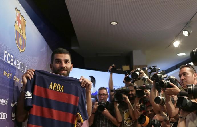 Arda Turan apresentação Barcelona - AP (Foto: AP)