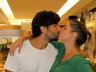 Deborah Secco troca beijos com Hugo Moura após sessão de peça