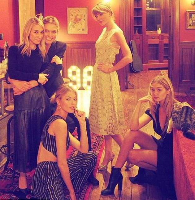 Taylor Swift com as amigas em sua cobetura (Foto: Reprodução)
