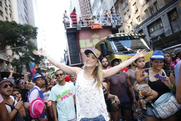 Ticiane Pinheiro dançando no bloco da Preta (Foto: Felipe Panfili/AgNews)