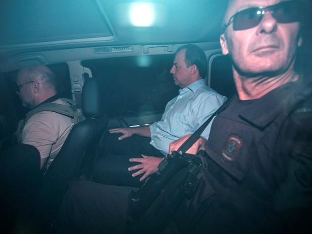 O ex-governador do Rio Sérgio Cabral é conduzido por agentes da Polícia Federal após ser preso em nova fase da Operação Lava Jato no Rio de Janeiro (Foto: Guito Moreto/Agência O Globo)