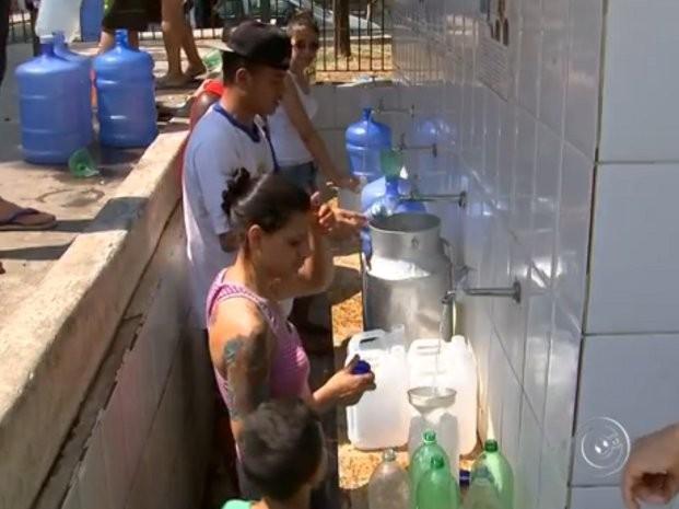 Moradores usam o fim de semana para pegar água em Itu (Foto: Reprodução/ TV TEM)