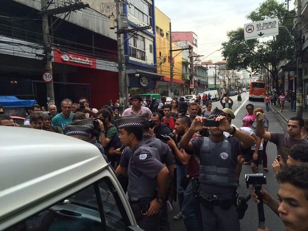 PM acompanha saída de Kombi que levou estudantes para fórum em SP (Foto: Will Soares/G1)
