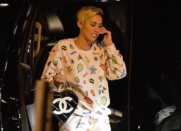 Miley Cyrus é fotografada de pijama e pantufas em aeroporto