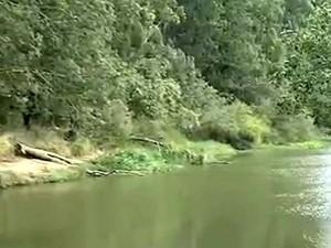 Rio Atibaia, na região onde teve início a restrição na captação (Foto: Reprodução / EPTV)