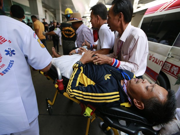 Homem ferido durante manifestação antigoverno em Bangcoc, na Tailândia, neste domingo (19) (Foto: AP/Wason Wanichakorn)