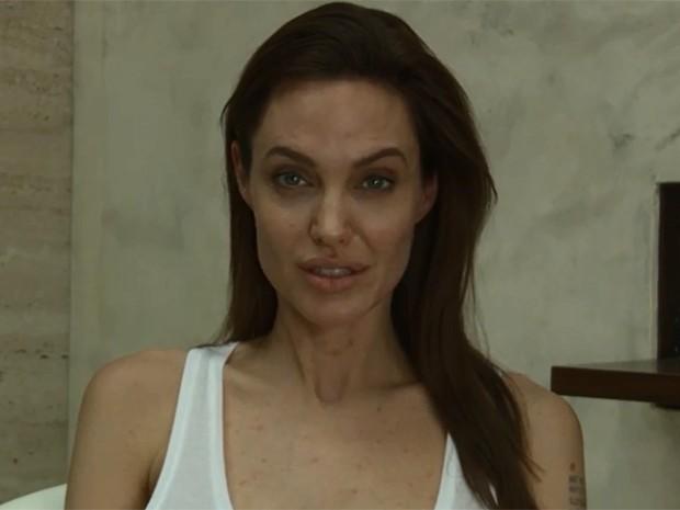 Angelina Jolie em imagem do vídeo em que anuncia cancelamento de eventos do filme 'Invencível' pois está com catapora (Foto: Divulgação / Universal Pictures)