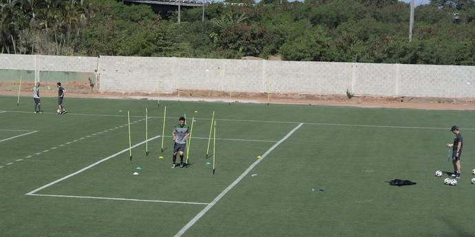 Mark Bresciano e Mile Jedinak treinaram em separado nesta segunda atividade da Austrália no Espírito Santo (Foto: Richard Pinheiro/GloboEsporte.com)
