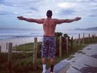 Kléber Bambam faz pose na praia e agradece o dia