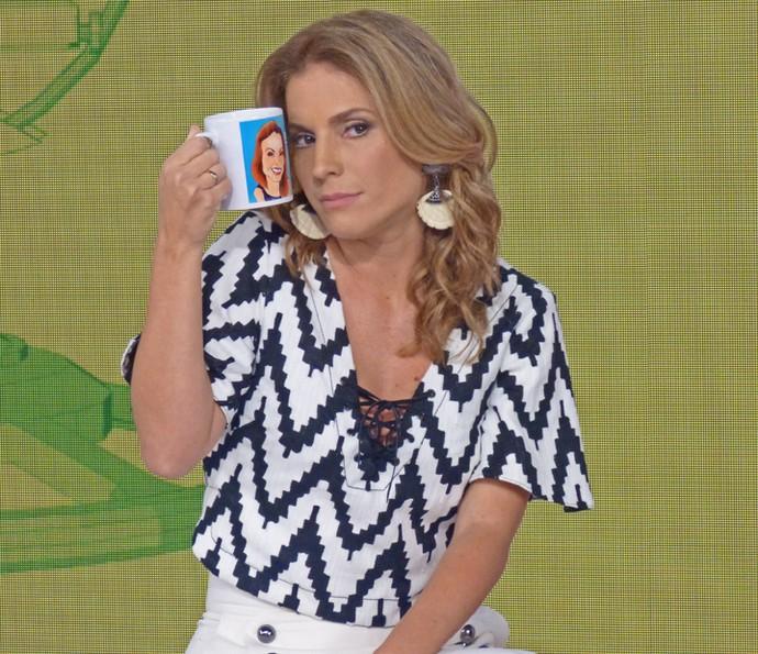 Maíra Charken mostra sua caneca do 'Vídeo Show' (Foto: Cristina Copple / Gshow)
